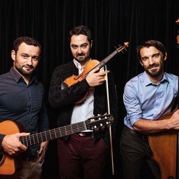 L O trio violon guitare contrebasse
